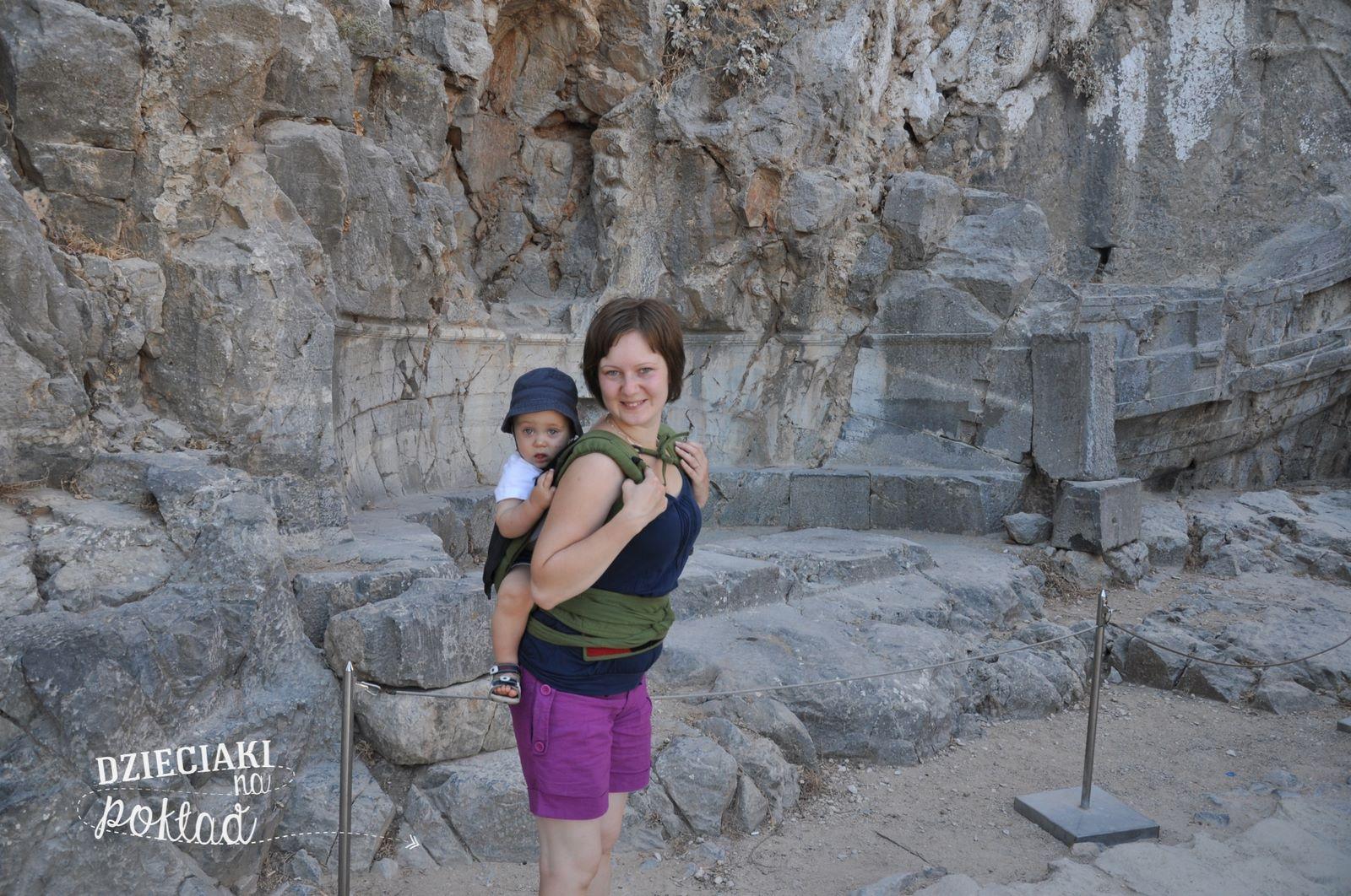 d510b3ad04796 Noszenie dziecka w prawidłowy sposób zapewniają oczywiście także chusty i  tzw nosidła mei tai.